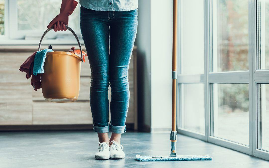 Zo gaat een doffe natuurstenen vloer weer glanzen: 3 tips