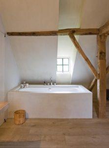 houtenvloer in de badkamer